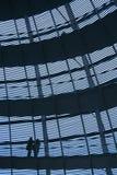 La gente in una costruzione moderna Fotografie Stock Libere da Diritti