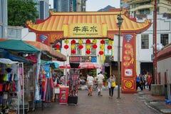 La gente in una via di Chinatown, Singapore Fotografie Stock Libere da Diritti