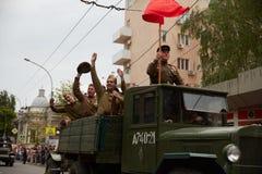 La gente in uniforme militare in onore della festa di Victory Day Immagini Stock