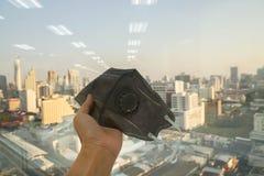 La gente utiliza la máscara para la contaminación P.M. 2 prevención 5 y salud respiratoria fotos de archivo