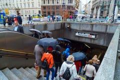 La gente va abajo de las escaleras en la estación de metro Stefanplatz, Vien Imagenes de archivo