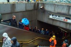 La gente va abajo de las escaleras en la estación de metro Stefanplatz, Vien Foto de archivo