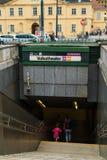 La gente va abajo de las escaleras en la estación de metro Volkstheater, compite Imagenes de archivo