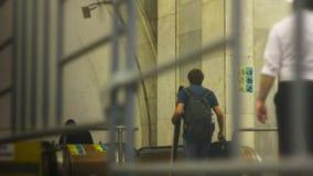 La gente va alla scala mobile nella metropolitana Fretta della gente stock footage