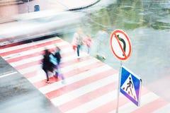 La gente va alle strade trasversali ad un passaggio pedonale Movimento vago fotografie stock libere da diritti