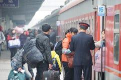 La gente va a casa durante Año Nuevo chino Imagen de archivo libre de regalías