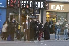 La gente va a cruzar el camino cerca de la estación de la calle de Liverpool Fotografía de archivo libre de regalías