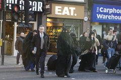 La gente va a cruzar el camino cerca de la estación de la calle de Liverpool Fotos de archivo