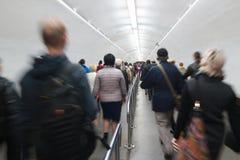 La gente va dal passaggio sotterraneo alla metropolitana all'ora di punta Fotografia Stock