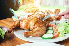 La gente va de fiesta y comiendo el pollo asado a la parrilla sea goce feliz en ho Fotos de archivo libres de regalías