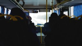La gente va en autobús en invierno almacen de video