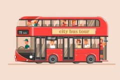 La gente va en el autobús turístico rojo y toma imágenes de señales Fotografía de archivo libre de regalías