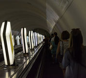 La gente va en la escalera móvil en el metro de Kiev Fotografía de archivo
