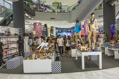 La gente va a fare spese nel mondo della centrale del centro commerciale Fotografia Stock
