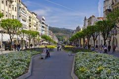 La gente va a fare spese in via principale a Braga Immagini Stock