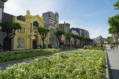 La gente va a fare spese in via principale a Braga Fotografie Stock