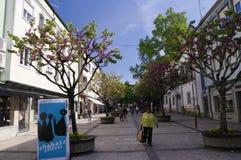 La gente va a fare spese in via principale di Braga, Portogallo Immagini Stock