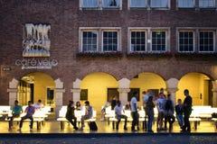 La gente va in giro ad un caffè in Altstadt Dusseldorf fotografie stock