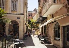 La gente va in giro ai caffè a Corfù Kerkyra immagine stock libera da diritti