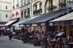 La gente va in giro ai caffè nell'area di St Germain fotografia stock
