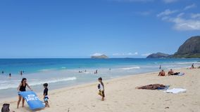La gente va in giro alla spiaggia di Waimanalo Immagine Stock