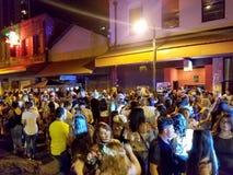 La gente va in giro e fa festa nella via in Chinatown Fotografia Stock
