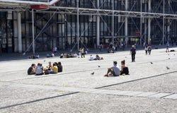 La gente va in giro sul Centre Pompidou immagini stock