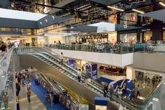 La gente va a hacer compras en el centro comercial imagenes de archivo