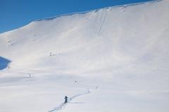 La gente va a la montaña de la nieve Fotos de archivo libres de regalías