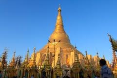 La gente va a la pagoda de Shwezigon para rogar Imagenes de archivo