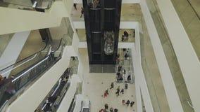 La gente va sull'elevatore al centro commerciale video d archivio
