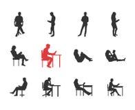 La gente, varón, las siluetas femeninas en diversa lectura común casual presenta stock de ilustración