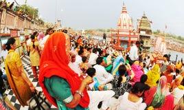 La gente variopinta adora/offerta Puja, Haridwar, India, Fisheye Fotografia Stock