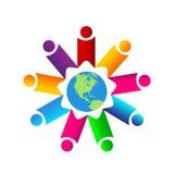 La gente variopinta del sindacato del lavoro di gruppo della gente lavora insieme insieme il logo con il globo fotografia stock libera da diritti