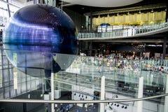La gente vede il globo grafico nel museo di scienza Fotografia Stock