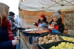 La gente vende l'alimento Fotografia Stock