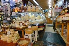 La gente vende l'alimento locale in Chania, Creta Fotografia Stock Libera da Diritti