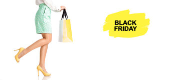 La gente, vendita, concetto nero di venerdì - donna con i sacchetti della spesa Fotografie Stock