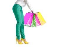 La gente, vendita, concetto nero di venerdì - donna con i sacchetti della spesa Immagine Stock