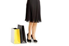 La gente, vendita, concetto nero di venerdì - donna con i sacchetti della spesa Immagini Stock Libere da Diritti