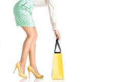 La gente, vendita, concetto nero di venerdì - donna con i sacchetti della spesa Immagini Stock