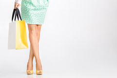La gente, vendita, concetto nero di venerdì - donna con i sacchetti della spesa Fotografie Stock Libere da Diritti