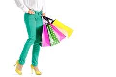 La gente, vendita, concetto nero di venerdì - donna con i sacchetti della spesa Fotografia Stock