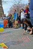 La gente vertió sobre la disposición conmemorativa en la calle de Boylston en Boston, los E.E.U.U., Fotografía de archivo