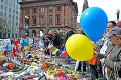 La gente vertió sobre la disposición conmemorativa en la calle de Boylston en Boston, los E.E.U.U. Fotos de archivo libres de regalías