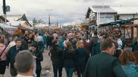 La gente in vestiti bavaresi nazionali che cammina lungo la via del festival di Oktoberfest Monaco di Baviera, Germania archivi video