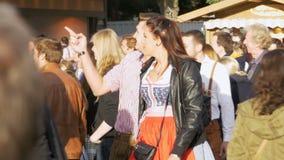 La gente in vestiti bavaresi nazionali sulla via del festival di Oktoberfest La Baviera, movimento lento video d archivio