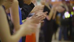 La gente in vestiti da cocktail al partito applaude - le mani d'applauso della gente sull'evento di dancing stock footage