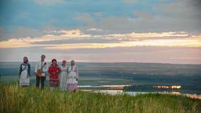 La gente in vestiti pieghi russi tradizionali che cammina sul campo video d archivio