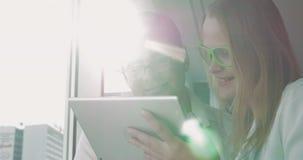 La gente in vetri con il PC della compressa video d archivio